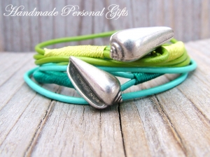 Individualiesierbares Armband Leder, 2 Stück, Muschel, Muschelarmband, wrap, Silber, Ibiza Schmuck, Wickelarmband, einzigartig, benützerdefiniert  - Handarbeit kaufen