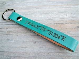 Leder Schlüsselanhänger, Vollständig anpassbar mit Koordinaten, Namen oder kleinen Text , benützerdefiniert  - Handarbeit kaufen