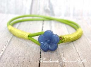 Kinderarmband, blaue Blume, Blumenarmband, Lederarmband, süßes Armband, Sommerarmband, Blauw, grün - Handarbeit kaufen