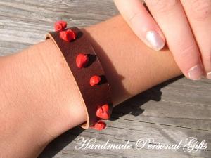 Lederarmband, Armband mit Edelstein, Howlite, Halbedelstein, rot, Armband aus Leder, handgefertigt, sommerarmband, ibiza schmuck - Handarbeit kaufen