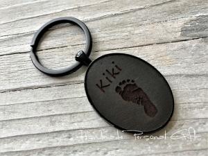 Ein schöner Fußabdruck, Schlüsselanhänger von Leder, Handabdruck, mit Namen, Symbol, Erinnerungskeychain, Hundetatze, Weihnachten, Weihnachtsgeschenk, Kinderzeichnung  - Handarbeit kaufen