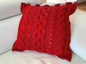 Handgestricktes rotes Kissen mit Stoffrückseite im Landhausstil