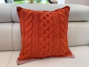 Handgestricktes orangenes Kissen mit Stoffrückseite im Landhausstil - Handarbeit kaufen