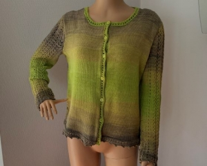 Gestricktes Sommerjäckchen aus Baumwolle mit grün-hellbraunem Farbverlauf Größe 40