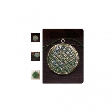 Handmade Schmuckanhänger mit Kunstlederband und Symbolkraft der