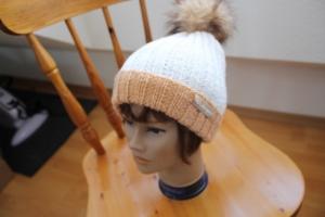 Mütze mit Fellbommel - Handarbeit kaufen