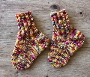 Neugeborenenstrümpfe Babysöckchen handgefärbte Wolle