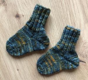 Babysöckchen Neugeborenensocken handgefärbte Wolle