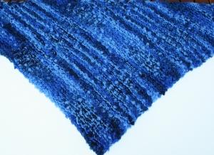 Dreieckstuch in dreierlei Blautönen mit Noppen (id: 100256590) - Handarbeit kaufen