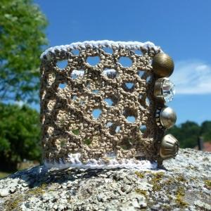 Extravagantes Armband aus Baumwolle gehäkelt mit Schmuckknöpfen