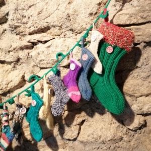 Weihnachtsschmuck Adventkalender Socken handgestrickt mit Ilex-Girlande immer wieder befüllbar - Handarbeit kaufen