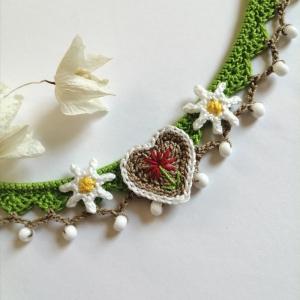 Dirndlschmuck Trachtenschmuck Halskette Lebkuchenherz und Edelweiß aus Baumwolle gehäkelt mit Glasperlen - Handarbeit kaufen