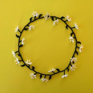 Halskette Gänseblümchen Dirndlschmuck Trachtenschmuck aus Baumwolle gehäkelt mit Glasperlen