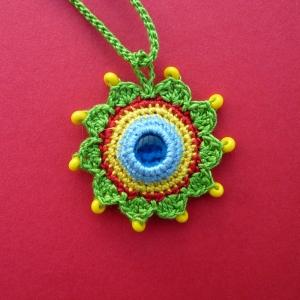 Halskette Anhänger Mandala mit Glasnugget und Glasperlen aus Baumwolle handgehäkelt