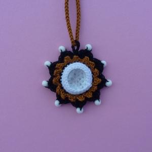 Halskette Anhänger Mandala mit Glasnugget und Glasperlen aus Baumwolle gehäkelt