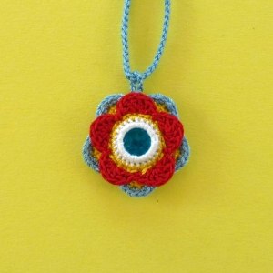 Halskette Anhänger Blume mit Glasnugget aus Baumwolle gehäkelt
