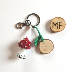 Schlüsselanhänger Taschenbaumler Fliegenpilz handgehäkelt mit Holzscheibchen und Initialen mit Karabiner - Handarbeit kaufen