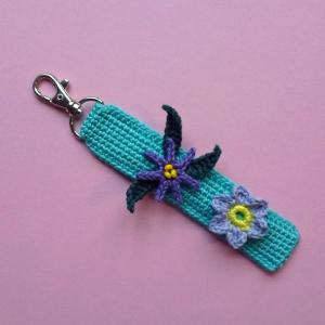 Schlüsselanhänger Taschenbaumler mit Blumen und Schriftzug DAHOAM aus Baumwolle handgehäkelt mit Karabiner - Handarbeit kaufen