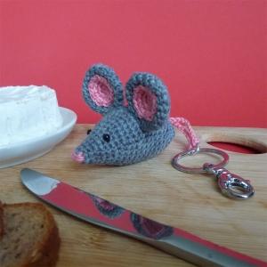 Schlüsselanhänger Taschenbaumler Maus aus Baumwolle handgehäkelt mit Karabiner