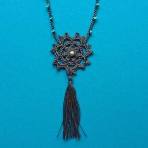 Halskette Blumen-Ornament und Quaste aus Baumwolle sehr fein handgehäkelt mit Türkis-Splitterperlen