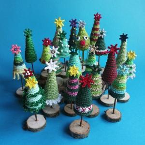 Mini-Weihnachtsbaum Christbaum aus Baumwolle handgehäkelt mit ganz unterschiedlicher Deko