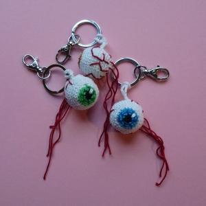 Schlüsselanhänger Taschenbaumler Auge Augapfel Glubschauge aus Baumwolle handgehäkelt mit Karabiner
