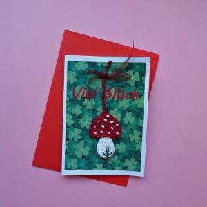 Grußkarte Viel Glück mit gehäkeltem Glückspilz auf Kleeblättern - Handarbeit kaufen
