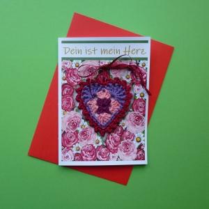 Grußkarte Dein ist mein Herz - Valentinstag mit gehäkeltem Granny-Herz auf Rosen gebettet