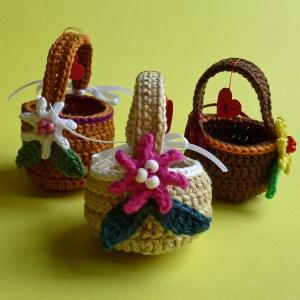 Mini-Osterkörbchen mit Blümchen und Schleife gehäkelt, auch als Geldgeschenk verwendbar