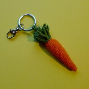 Schlüsselanhänger Taschenbaumler Karotte Rübli Möhre Gelbe-Rübe aus Baumwolle gehäkelt mit Karabiner