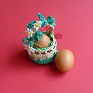 Osterkörbchen mit Blumenranke und Schleife gehäkelt, passend für ein Ei, auch als Geldgeschenk verwendbar