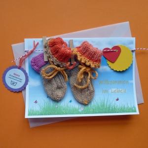 Grußkarte Willkommen im Leben Geburt mit handgestickten Baby-Söckchen aus Verlaufsgarn für Neugeborene an einer Wäscheleine
