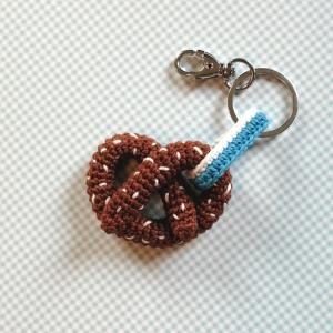 Schlüsselanhänger Taschenbaumler Brezel mit blau-weißem Band aus Baumwolle gehäkelt mit Karabiner - Handarbeit kaufen