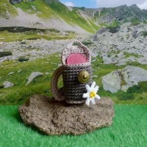 Schlüsselanhänger Taschenbaumler Mini-Rucksack mit Edelweiß aus Baumwolle gehäkelt für den Einkaufswagen-Chip oder etwas Kleingeld