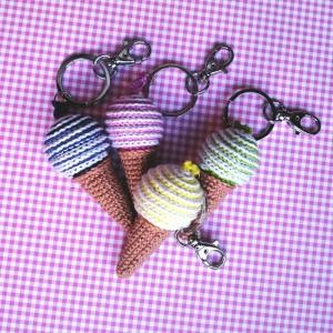 Schlüsselanhänger Taschenbaumler Eis Eistüte Eiscreme Eiskugel aus Baumwolle gehäkelt mit Karabiner - Handarbeit kaufen