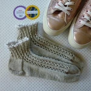 Sommerliche Sneaker-Socken in feinem Zopf-Lochmuster handgestrickt mit zarter Häkelborte Größe 37-39