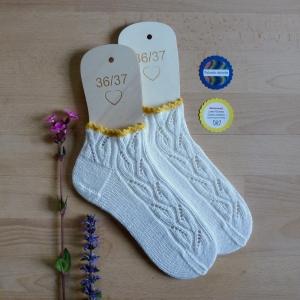 Sneaker-Socken Größe 36-37 in feinem Blatt-Ajourmuster handgestrickt mit zarter Häkelborte - Handarbeit kaufen