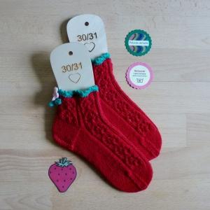 Mädchen-Socken Größe 30-31 Erdbeere in feinem Ajourmuster handgestrickt mit zarter Häkelborte und Blümchen - Handarbeit kaufen