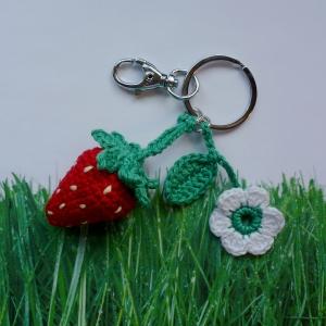 Schlüsselanhänger Taschenbaumler Erdbeere und Blümchen süßes Früchtchen aus Baumwolle gehäkelt mit Karabiner