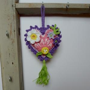 Aufhänger Herz mit Schriftzug MAMA und Blümchen aus Baumwolle gehäkelt