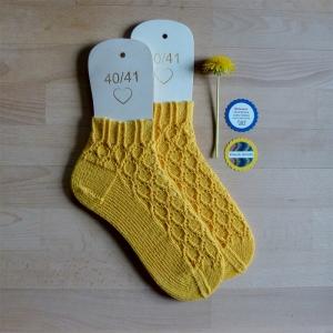 Sneaker-Socken Größe 40-41 in sonnengelb handgestrickt mit Struktur-Lochmuster - Handarbeit kaufen