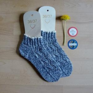 Sneaker-Socken Größe 36-37 in jeansblau-weiß meliert handgestrickt mit Lochmuster und hübscher Häkelborte - Handarbeit kaufen