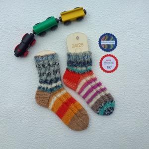 Kinder-Socken Größe 24-25 bunt geringelt handgestrickt - Handarbeit kaufen