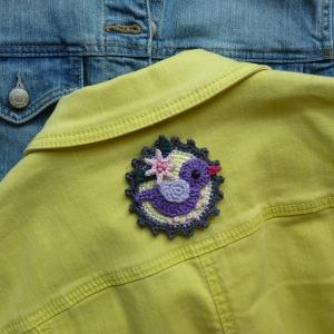 Button Vogel mit Blümchen Applikation zum Aufnähen aus Baumwolle gehäkelt - Handarbeit kaufen