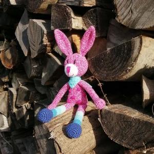 Hase Kuschelhase Bunny mit Pünktchen und Ringelstrümpfen gehäkelt - Handarbeit kaufen