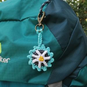 Schlüsselanhänger Taschenbaumler mit Edelweiß und Buchstaben personalisierbar aus Baumwolle gehäkelt mit Karabiner