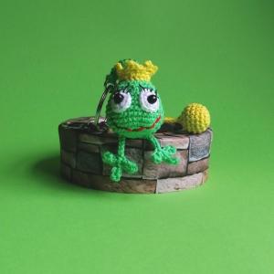 Schlüsselanhänger Taschenbaumler Frosch Froschkönig mit goldener Kugel aus Baumwolle gehäkelt mit Karabiner - Handarbeit kaufen