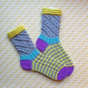 Socken Größe 38-39 mit Spiral- und Schmetterlingsmuster dazu Ringel handgestrickt - Handarbeit kaufen