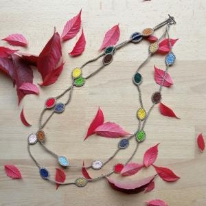 zweireihige Halskette mit Blättern so bunt wie das Herbstlaub aus Baumwolle gehäkelt