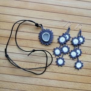 Medaillon mit Glasscherbe und passenden Sternchen-Ohrringen sehr fein gehäkelt - Handarbeit kaufen